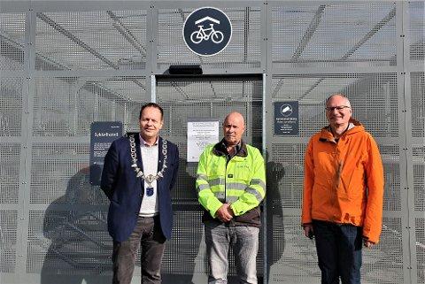 NYTT: Fra venstre til høyre: Varaordfører Kjetil Maudal, driftssjef i Bane NOR sør/vest, Erik Børjesson og fagansvarlig arealplan, Peter Willmann. De var alle med på å markere åpningen av det splitter nye sykkelhotellet.