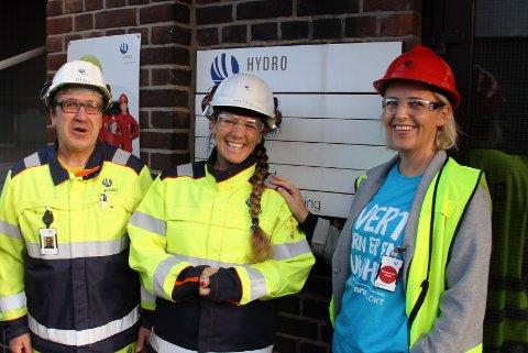 STOR GAVE: Hydro, her ved klubbleder Rolf Arnesen og fabrikksjef Anneli Nesteng, overrakte 100.000 kroner til tv-aksjonen via fylkesaksjonsleder Vibeke Ravndal.