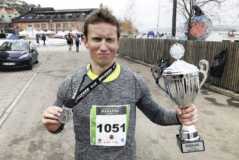 Fortjent pokal og medalje: Etter tredjeplassen i helmaraton tok Frank Løke like gjerne med seg tikilometeren også. Og neste år har han skumle planer. Foto: Pål Nordby
