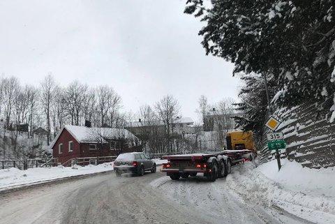 En trailer har kjørt seg fast i Hvittingfossveien like ovenfor krysset med Botneveien. Foto: Rune A. Karlsen