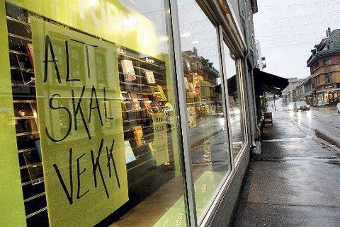 Alt skal vekk! Vi håper ikke plakaten gjelder for  hele sentrum. Foto: Linn Christoffersen