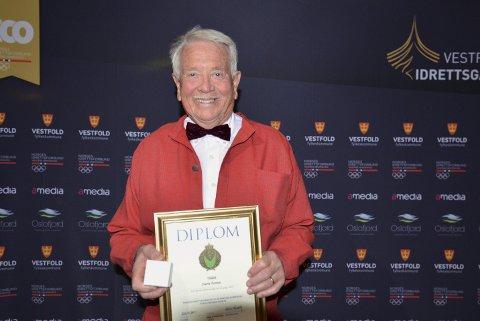 Spreking: Sverre Fortun (80) fra Holmestrand med plaketten han fikk for sine 60 idrettsmerker.Begge foto: privat