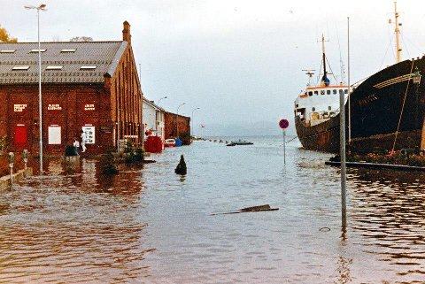 Stormflo i 1987: Det var langt unna slike forhold som dette nå på mandag denne uken. Innsendt foto: Briand Bull-Dahl
