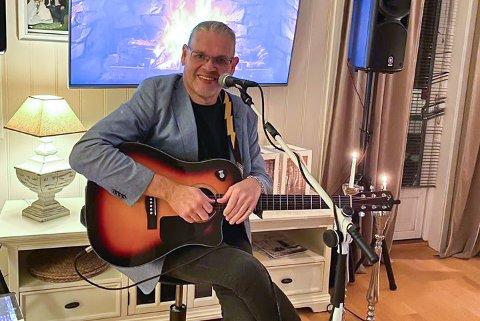 ERFAREN KAR: Ray Vidar Moen har hatt et sted mellom 500 og 700 spillejobber på Jessheim gjennom årene. Nå har han blitt nødt til å tenke nytt for å nå ut med musikken sin.