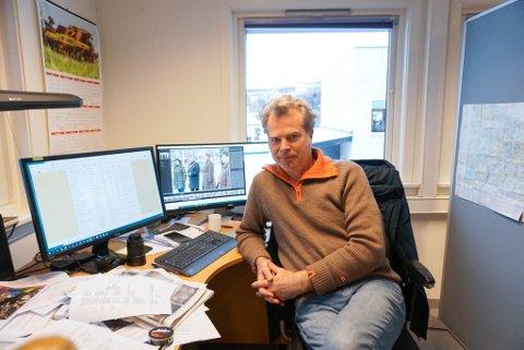 DEBY: Ynge Grønvik jobber til daglig som journalist i SVA, han spiller også i det lokale bandet Dr.Wessel. Fredag debuterer han på TV.
