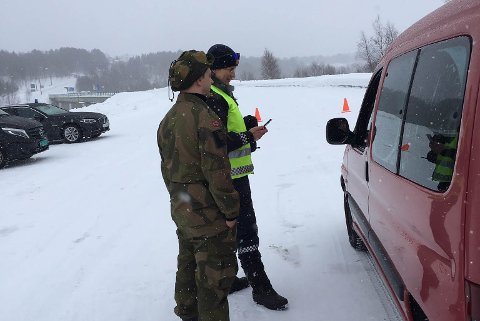 KONTROLL: Politibetjent Frøydis Hafredal og Mats Nystad fra Finnmark Heimvernsdistrikt 17 kontrollerer en bil ved den norsk-finske grensen ved Karigasniemi.
