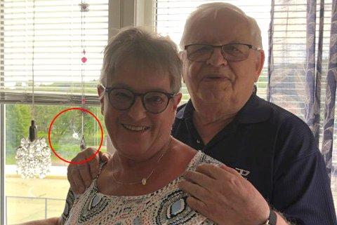 TRODDE DET VAR SKUDD:  Willy (82) og Bjørg Samuelsen (72) trodde noen skjøt gjennom stuevinduet deres mandag. Så dukket den angrende synderen opp på døra.