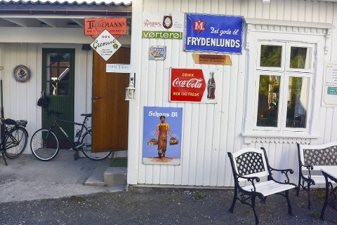 Stjålet: Tre verdifulle gamle reklameemaljeskilt ble natt til søndag stjålet fra husveggen til Thorleif Dahlgren i Kalstadkilen. Foto: Privat.