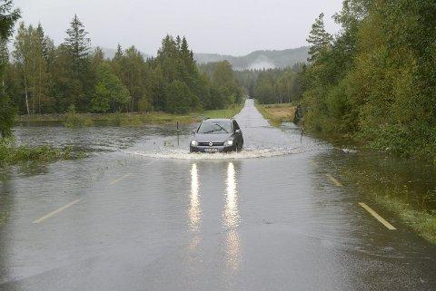 Over veier: Flomen har gått over flere veier, som her ved Lohne i Tørdal. Foto: Nils Jul Lande.