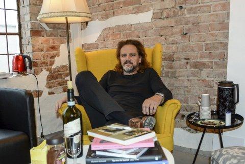 Henslengt: Thomas Bakkerud har seget dypt ned i sin gule tenkestol innerst inne i hans atelier, som han kaller for Art Bunker.