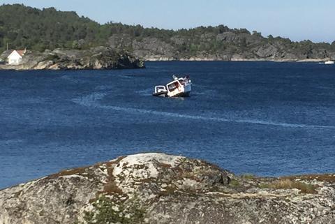 BOM FAST: Den siste båtehn som gikk på skjæret ved Oterøy lørdag ettermiddag satt så godt fast at redningsskøyta Stormbull måtte tilkalles. (FOTO: KV-tipser)