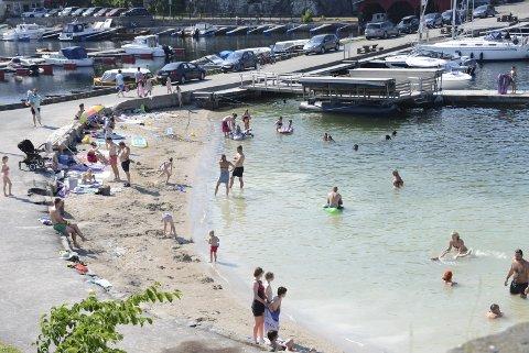 Brådypt: Utenfor sandstranda på Gunnarsholmen er det brådypt. Det bekymret hovedutvalget for samfunn. Arkivfoto