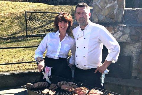 SESONGKLARE: Daglig leder Therese Thorén og kokken Jørgen Klasson er klare til å åpne kafeen i Villa Bergland.