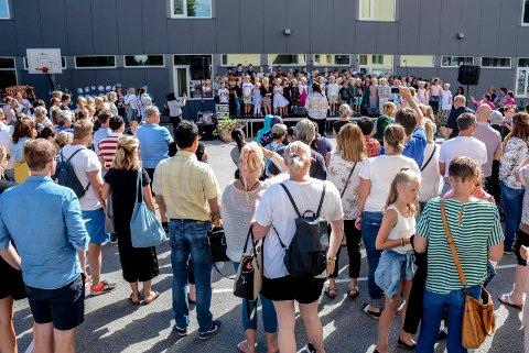 Mange kom for å høre skolekoret synge på Kragerø skoles dag i 2018.