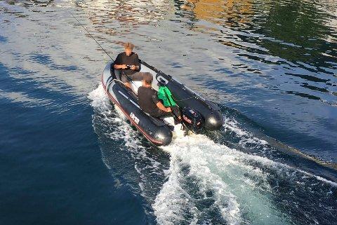 PÅ FLUKT: Mens øyenvitner på land ropte for å få dem til å stoppe, fortsatte øltyvene flukten med den lille gummibåten. (FOTO: PRIVAT)