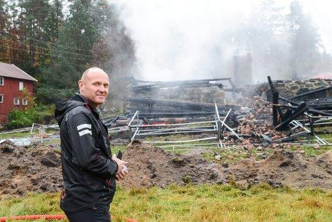 SKREMMENDE: Rune Storhaug sier det var skremmende da han våknet til å se huset stå i full fyr. Han er glad for at ingen bodde der for øyeblikket.