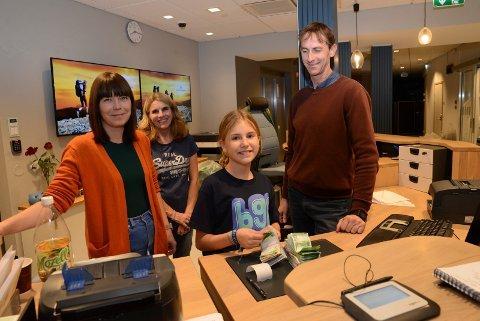 SMILER: Unge Ane Haug sammen med TV-aksjonens lokalleder Tove Michelle Hjallum, Norfrid Sørum og Stig Gurrich etter at over 190.000 kroner er talt opp. I tillegg kommer Vipps-betalinger.