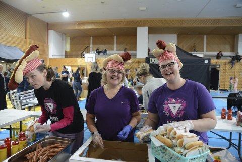 Middag: Til middag søndag var det pølser på rekke og rad, servert av disse damene.