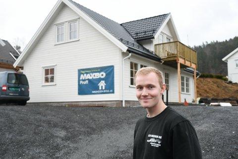 For ett år siden kjøpte Håvard Knudsen (21) en råtomt i Kil. På sensommeren i år begynte han å sette opp det han beskriver som sitt drømmeprosjekt. Klikk på pila eller sveip for å se flere bilder.