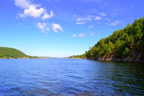 STRANDSONEN: Tåtøy til venstre og Stabbestad til høyre sett fra strandsonen på Ørvik. Illustrasjonsfoto: Sondre Lindhagen Nilssen