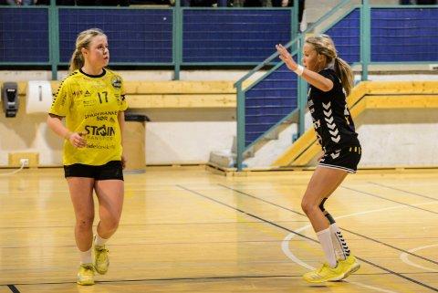 Tuva Muffetangen (t.v.) hadde en kjempekamp lørdag med 13 mål. Her fra oppgjøret mot Grane Arendal og tidligere lagvenninne Pia Tomine Gundersen.