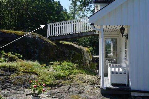 TILBYGG: På dette området, bak hytta og bort fra strandsonen, vil hytteeierne utvide med 30 kvadratmeter.