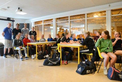 Interesse: Oppmøtet var bra da samarbeidsavtalen mellom Kragerø og Gjerpen ble presentert onsdag. Bakerst ser vi Pål Oldrup Jensen, Gjerpen, Fredrik Brubakken og Pål Ask, Kragerø og Marius Norli, Gjerpen.