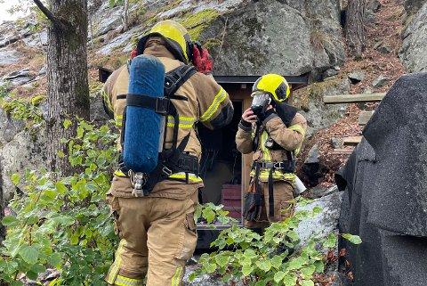 Mannskaper fra Kragerø brannvesen kontrollerer og sikrer området hvor brannen oppsto.