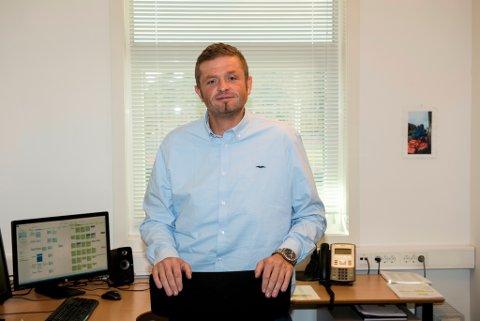 Morten Vevatne sluttar i jobben som rektor ved Husnes ungdomskule den 1. desember. Han gjev rådmannen nokre råd før han sluttar. (Foto: Jonn Karl Sætre)