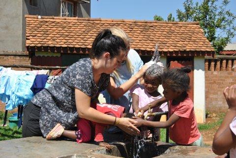 Susanne F. Henriksen (nærast t.v.) vaskar håret til barna på ein barneheim.