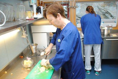 Torunn Uglehus har laga mat på Ølve alderspensjonat i snart 25 år. Ho vert provosert når ho høyrer at det kan bli slutt på middagsproduksjonen her.