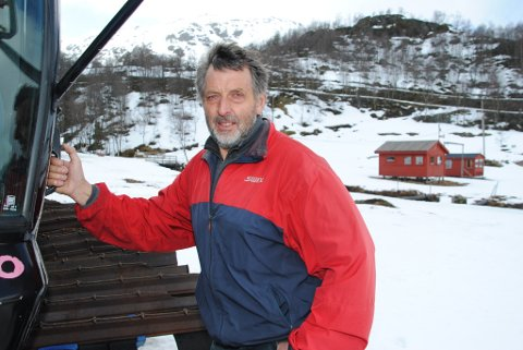 Det er lite snø i fjellet, slår Olav Gunnar Hjelmeland fast. Men måndag kveld kom det 10 centimeter nysnø. Dermed vart det tent eit nytt håp om greie skiforhold både i alpinbakken og i turløypene ved Fjellhaugen skisenter.