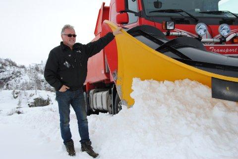 Brøytebilsjåfør Lars Johan Lyngnes måtte henta fram snøplogen igjen, for å brøyta vegen til Fjellhaugen skisenter og til Blådalen.