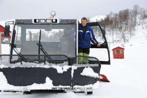 Olav Gunnar Hjelmeland hadde parkert løypemaskinen for vinteren. Men tysdag var han i full sving igjen med å preparera skiløyper rundt Fjellhaugen skisenter.
