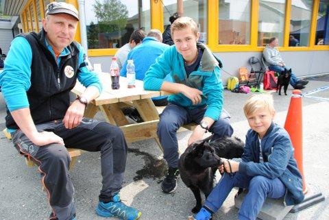 Tore Furdal, Marius Lunde og Tord Furdal er levande interessert i hund og jakt. Laurdag var dei saman med hunden Trixie på hundeutstilling i Uskedalen.