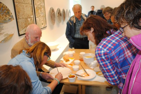 Den anerkjende kunstnaren Arne Åse lét publikum få nærare kjennskap til teknikken han nyttar i arbeidet sitt. Det var populært hos mange.