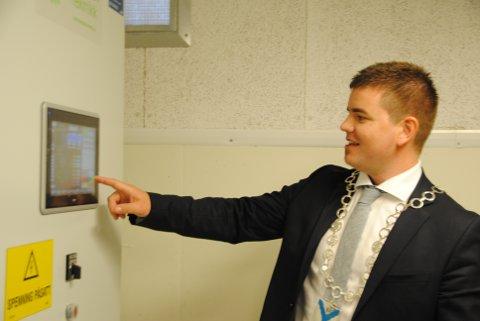 Fungerande ordførar, Hans Inge Myrvold, fekk æra av å opna det nye Tverrelva kraftverk i Uskedalen.