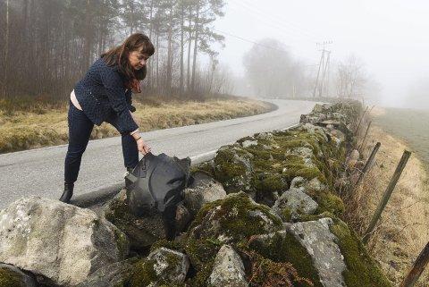 FLEIRE UTFORKØYRINGAR: Her plukkar Hege Lægreid Røssland i restane etter ei av utforkøyringane som nyleg skjedde på den trafikkfarlege strekkja.