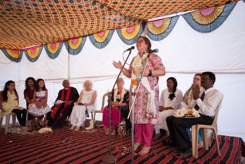 Dette bildet er frå då Lina Håland var med på opningsfesten for barneheimen Umred Children Home i India i 2016. No kjem ekteparet som driv barneheimen på besøk til Lina og Uskedal kyrkje. Målet er å samla inn meir pengar til barneheimen. (Foto: Privat).