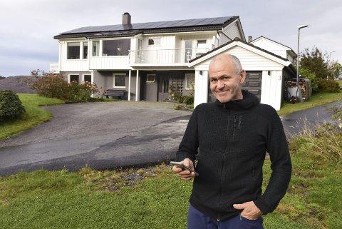 På nett: Via ein app på telefonen kan Gunnar Helleland til ei kvar tid sjekka kor mykje straum solcellene på taket produserer.