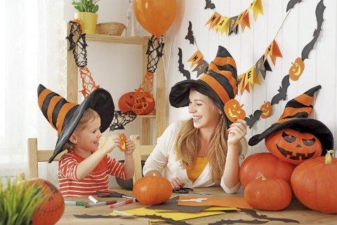 Kva med å laga dekorasjonar eller kostyme sjølv? Det kan bli ein kjekk familieaktivitet! (Illustrasjonsfoto: Colourbox).