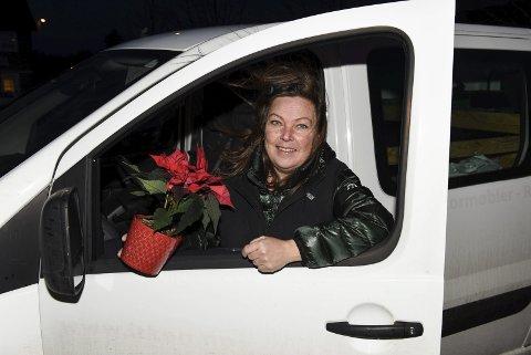 PÅ HJUL IGJEN: Med ny bruktbil og mengder av julemat har Trude Beckholdt, Brøddamo, levert julekorger til meir enn 50 kvinnheringar.  Foto: Jonn Karl Sætre