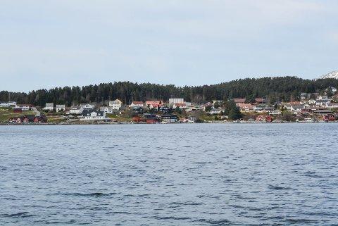 NAUSTOMRÅDE: Det er her i Eidsvika på Halsnøy, midt på bildet til venstre for dei to raude nausta, at Svein Helge Eide (50) fram til 2018 hadde ei godkjent nausttomt.