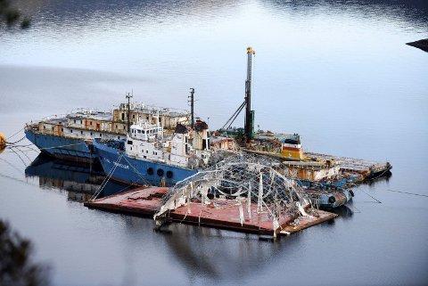 ALT SKAL VEKK: Båt og lekterar som lenge har lege i Gravdalsvika blir i desse dagar fjerna frå staden. Sjå dagsferskt bilde frå staden lengre nede i saka. (Arkivfoto).