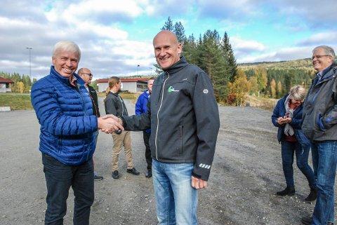 NY SKOLE: Kongsberg kommunale eiendom (KKE) skal bygge skolen for Flesberg kommune. Her befaring med Flesberg-ordfører Oddvar Garaas og Brynjar Henriksen i KKE.