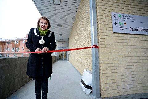 Med en sylskarp tollekniv, skar ordfører Kari Anne Sand over båndet. Dermed er Kongsbergs nye legevakt offisielt åpnet.