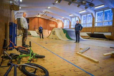Gjensidigestiftelsen overrasket i desember Kongsberg Actionsportklubb med 270 000 kroner. Fra venstre: Ralph Castellan, Jon Erik Lund og Jan Ståle Eriksen.