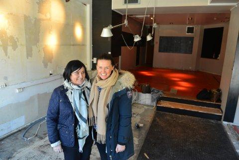 Familiebedrift: – Denne veggen inn mot kjøkkenet skal ned, sier Anne-Karin Santner og datteren Marlene, som nå skal starte bistro i Storgata. Foto: Eigil Kittang Ramstad