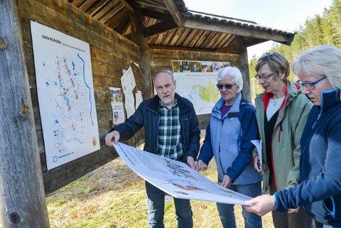 Sølvverkets venner med nye skilt i gruveåsen. Fra venstre Per Jostain Sagvolden, Toril Rogstad Frågodt, Liv Jorunn Kastet og Bente Weber Bergesen.
