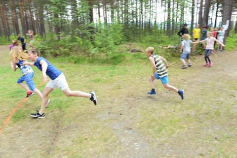 VEKSLING: God innsats på alle elevene som deltok i skolestafetten på Kongsgårdmoen. Her ved første veksling.